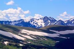 Vista βουνών με το λειώνοντας χιόνι Στοκ Εικόνες