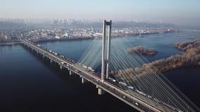 Vista aérea à cidade sul da ponte de Kiev, Ucrânia video estoque
