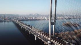 Vista aérea à cidade sul da ponte de Kiev, Ucrânia filme