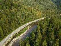 A vista aérea à estrada com moutains capturou de cima de imagens de stock royalty free
