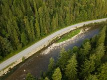 A vista aérea à estrada com moutains capturou de cima de foto de stock royalty free