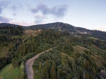 A vista aérea à estrada com moutains capturou de cima de fotografia de stock