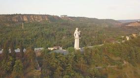 Vista aérea à mãe do monumento de Georgia Kartlis Deda em Geórgia vídeos de arquivo