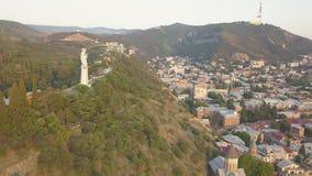 Vista aérea à mãe do monumento de Georgia Kartlis Deda em Geórgia filme