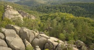 Vista aérea às rochas em Bubnyshche, montanhas Carpathian de Dovbush, Ucrânia filme