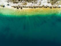 Vista aérea abstracta de la orilla de una charca de la grava, SP mucho libre Imagen de archivo