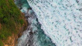 Vista aérea abstracta de las olas oceánicas que se estrellan en línea de la playa rocosa metrajes