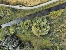 Vista aérea abstracta de una corriente enderezada al lado de un prado w Imágenes de archivo libres de regalías