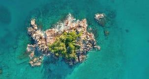 A vista aérea acena a ruptura na praia da ilha no por do sol As ondas do mar nos fps bonitos Praslin do zangão 4k 59,94 da opiniã video estoque