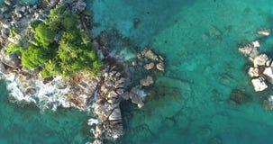 A vista aérea acena a ruptura na praia da ilha no por do sol As ondas do mar no zangão bonito 4k 60 da opinião aérea da ilha 59,9 video estoque