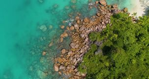 A vista aérea acena a ruptura na praia da ilha no por do sol Ondas do mar na praia bonita do zangão 4k Anse Lazio da opinião aére filme