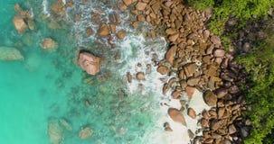 A vista aérea acena a ruptura na praia da ilha no por do sol Ondas do mar na praia bonita do zangão 4k Anse Lazio da opinião aére video estoque