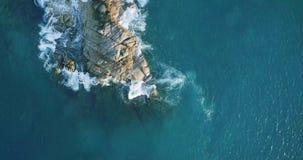 A vista aérea acena a ruptura na praia da ilha no por do sol Ondas do mar na praia bonita do zangão 4k Anse Lazio da opinião aére vídeos de arquivo