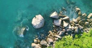 A vista aérea acena a ruptura na praia da ilha no por do sol Ondas do mar no zangão bonito 4k Anse Lazio Bea da opinião aérea da  filme