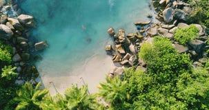 A vista aérea acena a ruptura na praia da ilha no por do sol Ondas do mar no zangão bonito 4k Anse Lazio Bea da opinião aérea da  video estoque