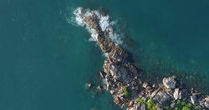A vista aérea acena a ruptura na praia da ilha no por do sol Ondas do mar no zangão bonito 4k da opinião aérea da ilha filme