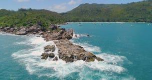 A vista aérea acena a ruptura na praia da ilha Ondas do mar na praia bonita do zangão 4k Anse Lazio da opinião aérea da ilha, ilh vídeos de arquivo