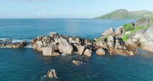 A vista aérea acena a ruptura na praia da ilha Ondas do mar na praia bonita do zangão 4k Anse Lazio da opinião aérea da ilha, ilh video estoque