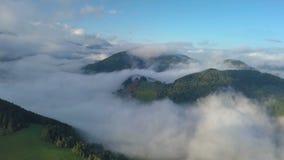 A vista aérea acima da névoa nubla-se na paisagem mágica do país no nascer do sol da manhã video estoque