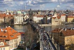 Vista aérea acima de Charles Bridge em Praque, República Checa imagem de stock royalty free