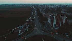 Vista aérea al círculo del camino con tráfico de coches de la ciudad, vista lateral, Ternopil, Ucrania almacen de video