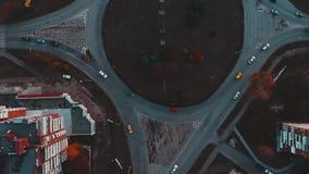 Vista aérea al círculo del camino con tráfico de coches de la ciudad, visión superior, Ternopil, Ucrania metrajes