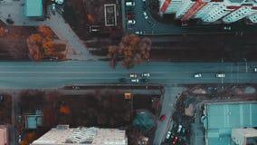 Vista aérea al camino con el tráfico de coches de la ciudad 4k, visión superior, Ternopil, Ucrania almacen de metraje de vídeo