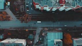 Vista aérea al camino con el tráfico de coches de la ciudad 4k, visión superior, Ternopil, Ucrania almacen de video