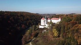 Vista aérea al castillo histórico Pieskowa Skala cerca de Kraków en Polonia almacen de video