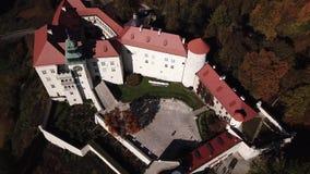 Vista aérea al castillo histórico Pieskowa Skala cerca de Kraków en Polonia metrajes
