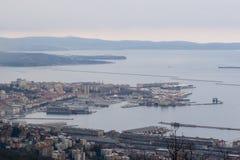 Vista aérea al centro de ciudad y al puerto de Trieste en Italia Fotografía de archivo