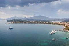 Vista aérea al embarcadero viejo de la ciudad con los yates y los barcos Foto de archivo libre de regalías