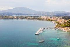 Vista aérea al embarcadero viejo de la ciudad con los yates y los barcos Imagen de archivo libre de regalías