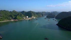 Vista aérea alta fantástica Azure Ocean Bay e ilhas vídeos de arquivo