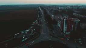 Vista aérea ao círculo da estrada com tráfego de carros da cidade, vista lateral, Ternopil, Ucrânia video estoque