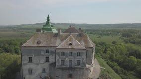 Vista aérea ao castelo e ao parque históricos em Olesko - sightseeing ucraniano famoso video estoque