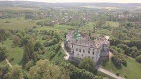 Vista aérea ao castelo e ao parque históricos em Olesko - sightseeing ucraniano famoso filme