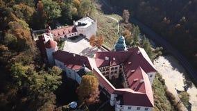 Vista aérea ao castelo histórico Pieskowa Skala perto de Krakow no Polônia filme