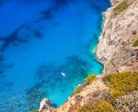 Vista aérea ao iate e ao mar imagens de stock