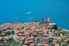 Vista aérea ao malcesine do destino do turista e ao lago do garda, AIE fotografia de stock