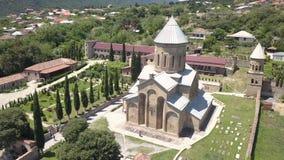 Vista aérea ao monastério de Samtavro em Mtskheta, Geórgia filme