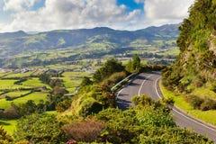 A vista aérea ao pagamento e os campos aproximam montanhas Fotografia de Stock