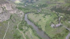 Vista aérea ao rio de Mtkvari próximo pelo monastério da caverna de Vardzia, Geórgia video estoque