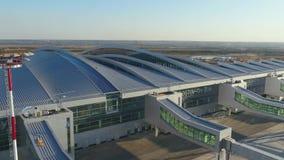 Vista aérea ao terminal do aeroporto de Platov video estoque