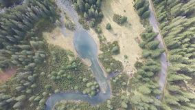 Vista aérea aos lagos pequenos e aos rios em montanhas de Tatra