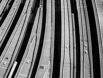 Vista aérea arenosa de plataformas en la estación de tren de puente de Londres imagenes de archivo