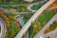 Vista aérea arriba de los empalmes de camino de la carretera en la puesta del sol El paso superior de intersección del camino de  Fotos de archivo libres de regalías