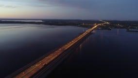 Vista aérea asombrosa del puente y de la ciudad cuando va el sol abajo almacen de video