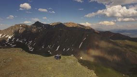 Vista aérea 4x4 ATV que elimina a estrada à parte superior do pico de montanha Altai 4k vídeos de arquivo