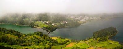 Vista aérea a Azul y lagos Verde en Sete Cidades, sao Miguel, Azores, Portugal foto de archivo libre de regalías